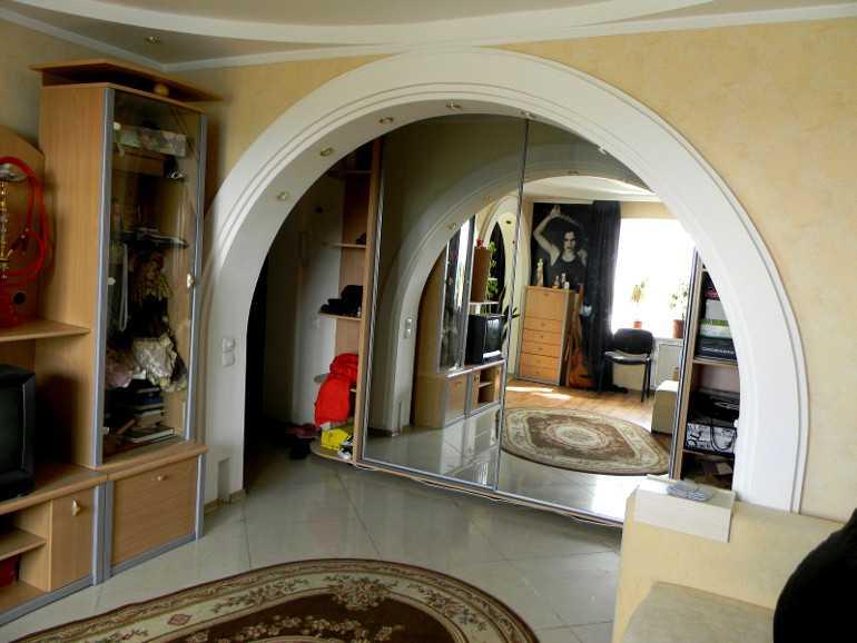Широкая арка между коридором и гостиной