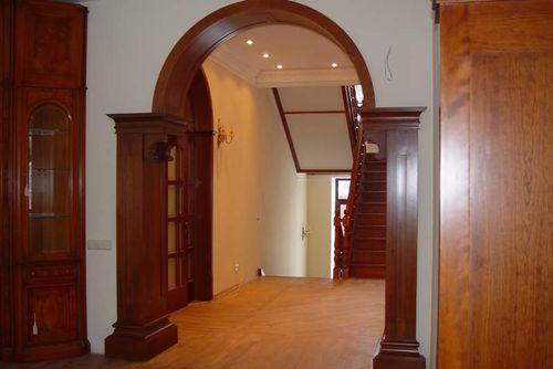 Арка из массива дерева в коридоре