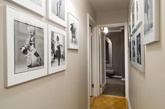 черно-белые картины на стенах в прихожей