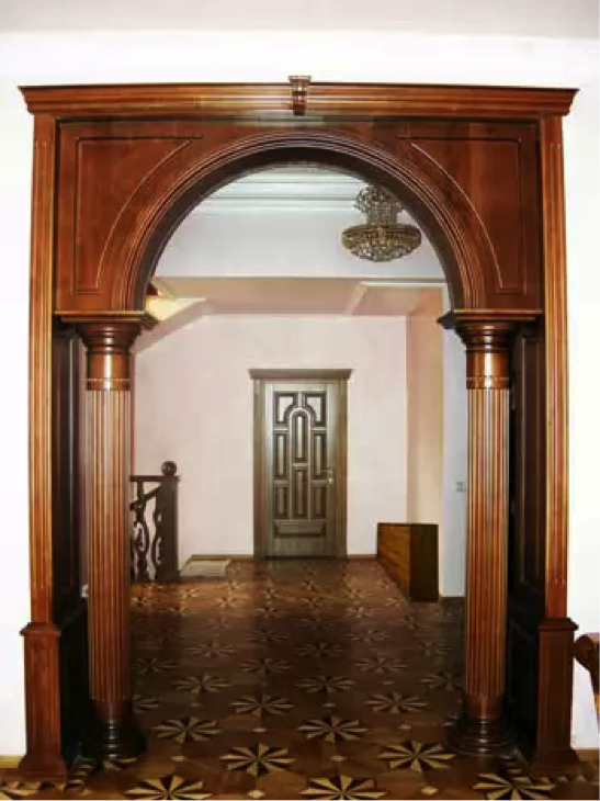 Деревянная арка в коридоре
