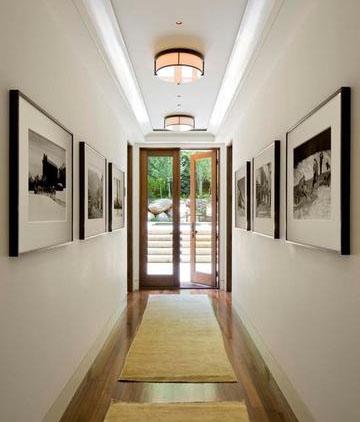 постеры на стенах в длинном коридоре