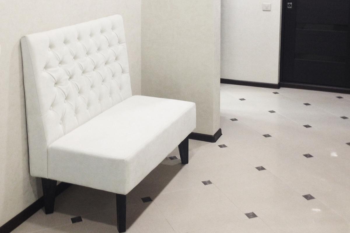 Белый диван на ножках в прихожую