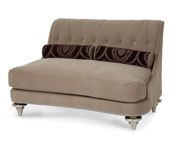 Дизайнерский диван для просторной прихожей