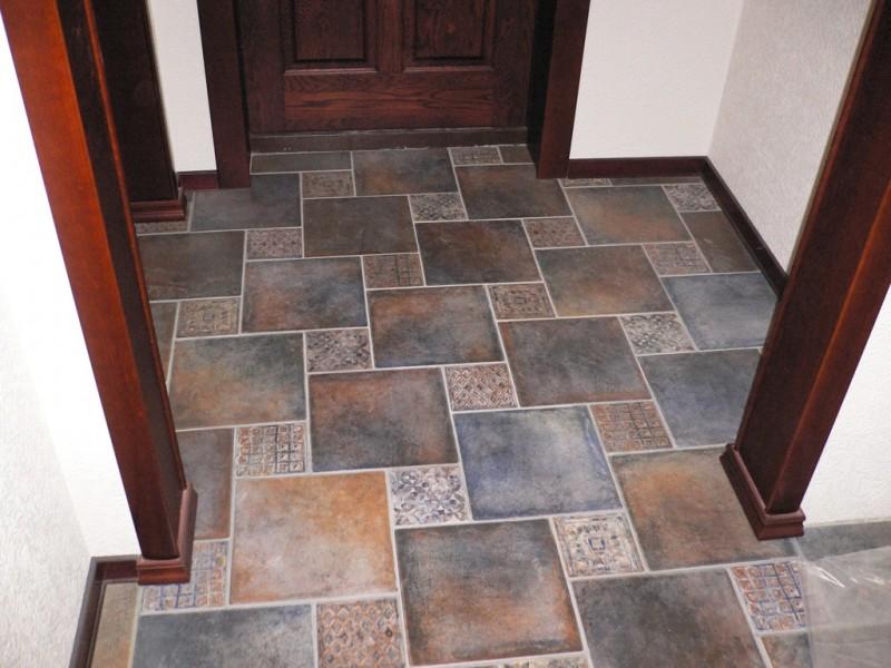 Керамическая плитка на полу в маленькой прихожей