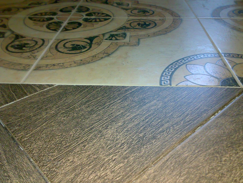 Комбинирование материалов на полу в прихожей