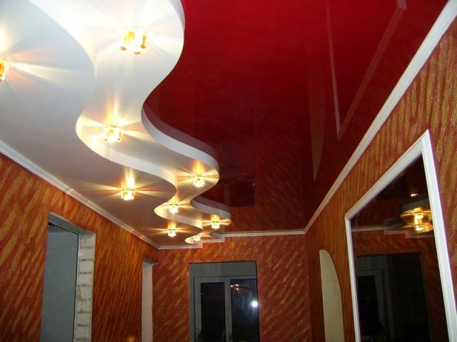 Красный натяжной потолок