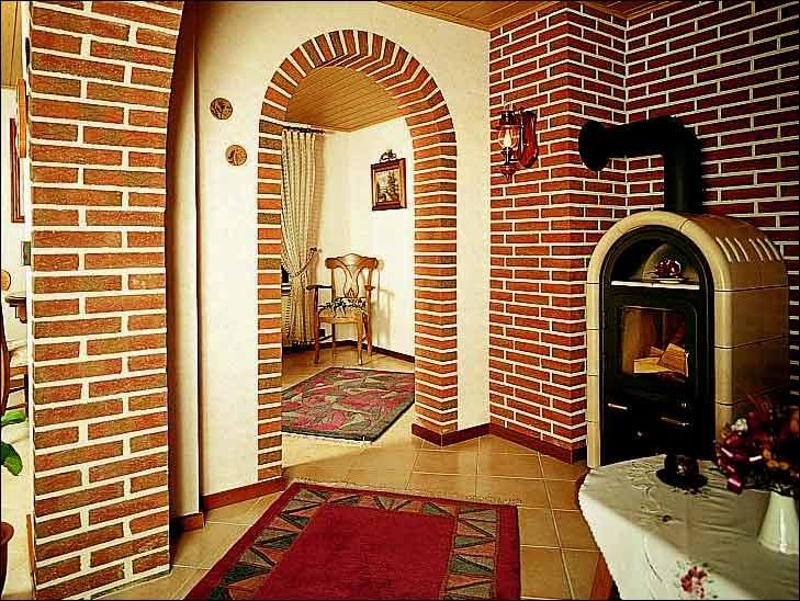 Отделка арки в прихожей декоративным камнем
