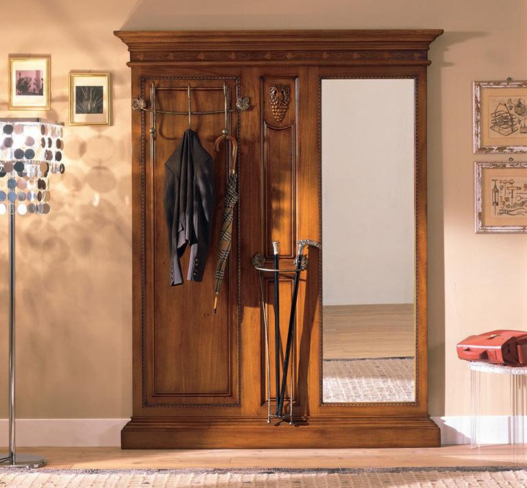 Прихожая с деревянной мебелью коричневого цветав