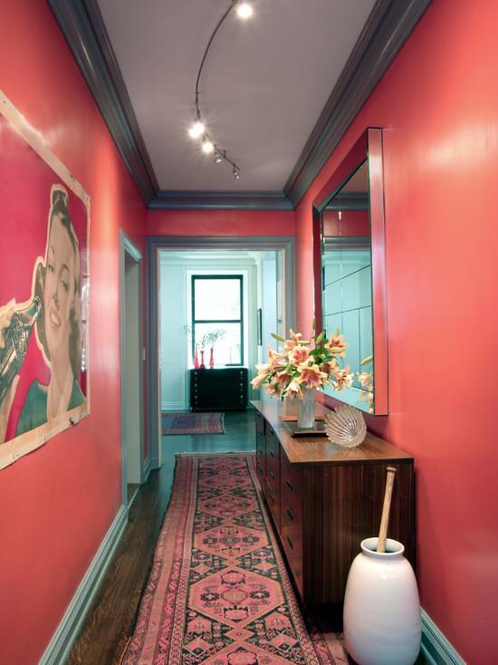 Розовая ковровая дорожка в интерьере прихожей