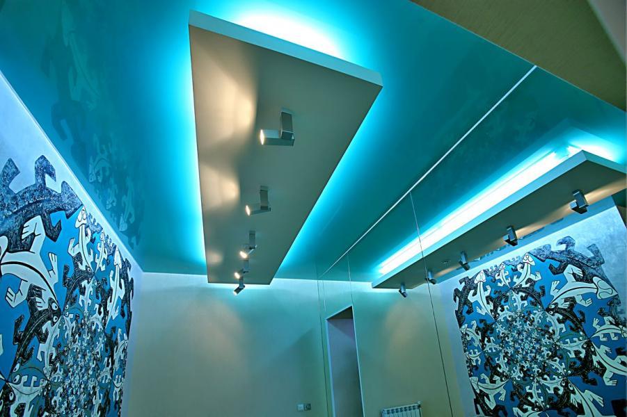 Синий потолок в прихожей