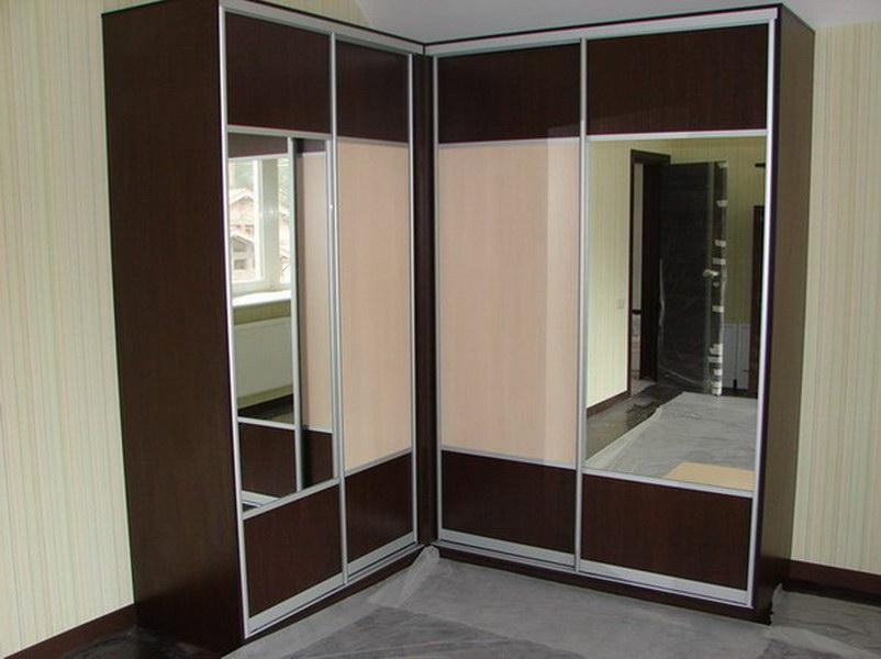 Угловой шкаф с зеркальным фасадом