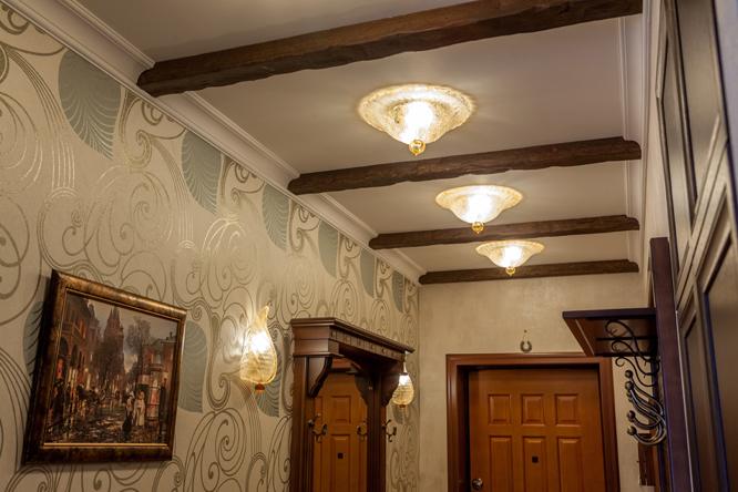 Вариант освещения для прихожей в классическом стиле