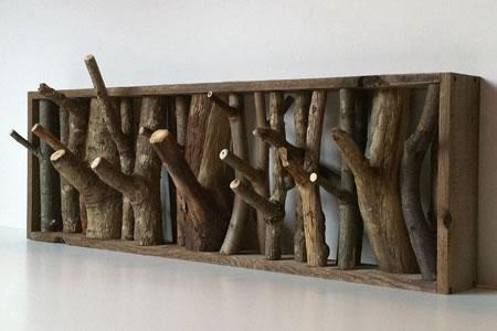 Вешалка с использованием веток деревьев