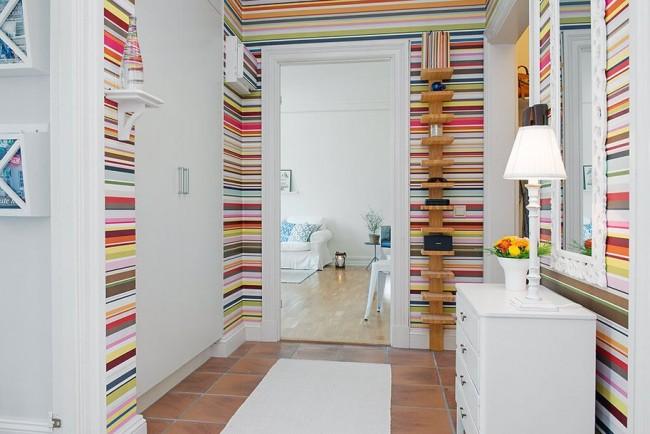 Яркие полосы на стенах в прихожей
