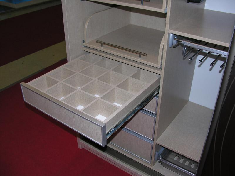 Ящик для мелочей в шкафу купе