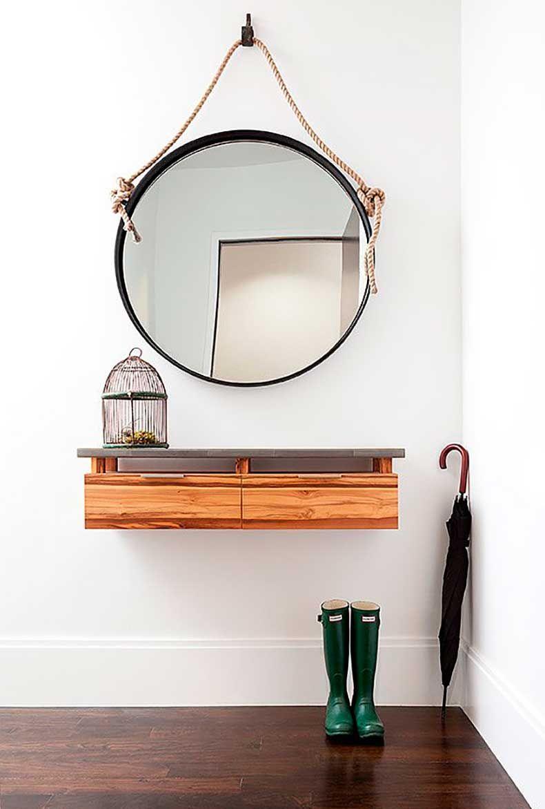 Зеркало на стене в прихожей