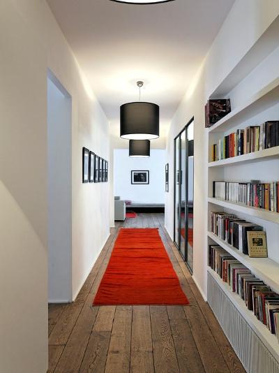 красный длинный коврик в интерьере прихожей