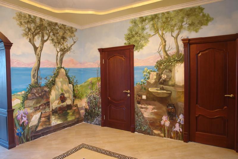 Фрески на стенах в прихожей