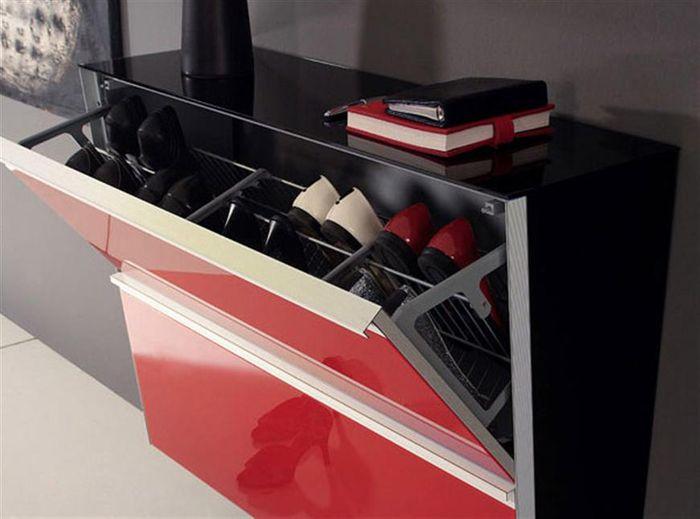 Красно черный узкий шкаф в прихожую