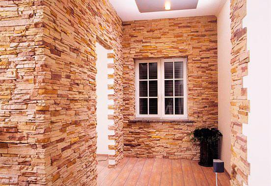 Красота искусственного камня в интерьере прихожей