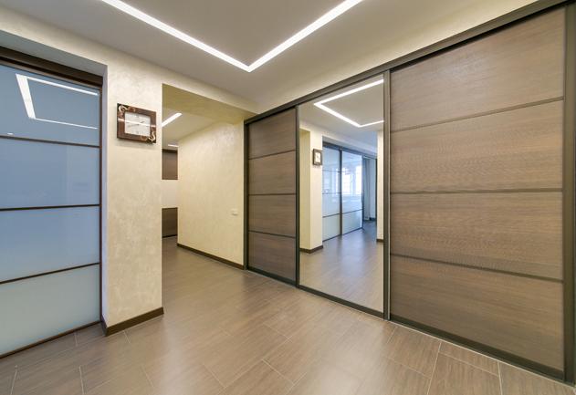 Несколько просторных встроенных шкафов в прихожей