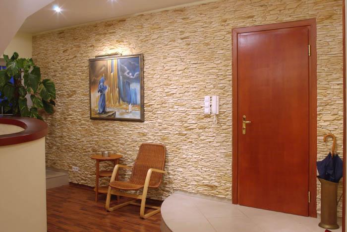 Отделка одной из стен декоративным камнем