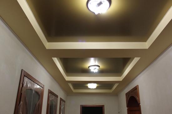 Потолок в прихожую с вырезами под светильники