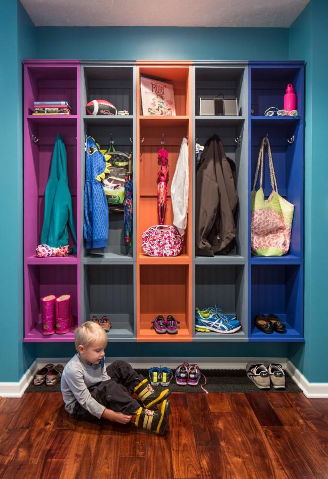 Разноцветный шкаф-вешалка для современной семьи