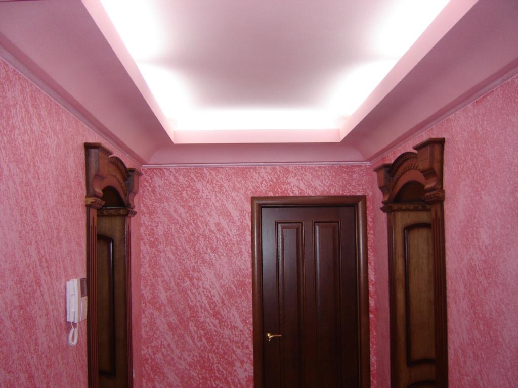Розовая декоративная штукатурка в прихожей
