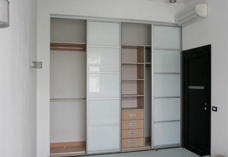 Шкаф купе позволяет использовать функционально площадь от пола до самого потолка