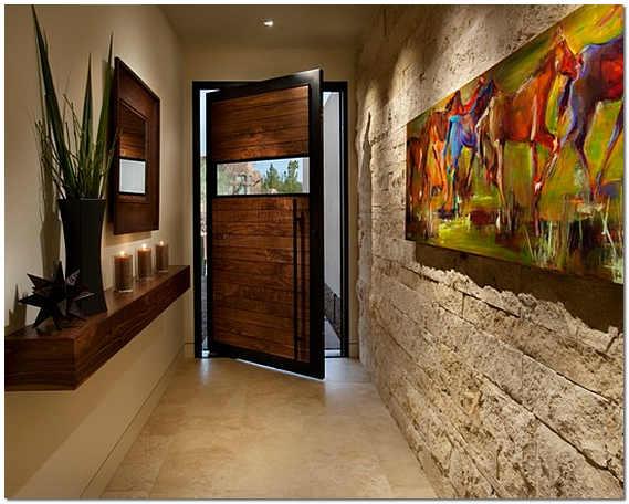 Сочетание отделочных материалов на стенах в прихожей