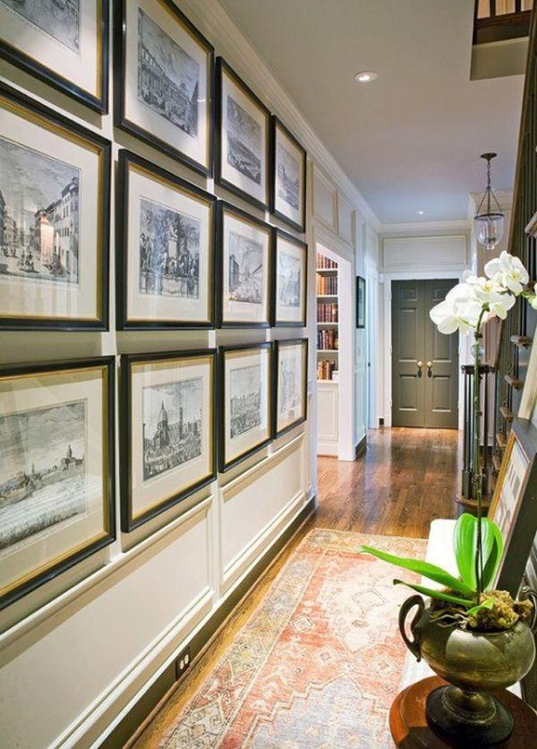 Старинные снимки в рамках на стене