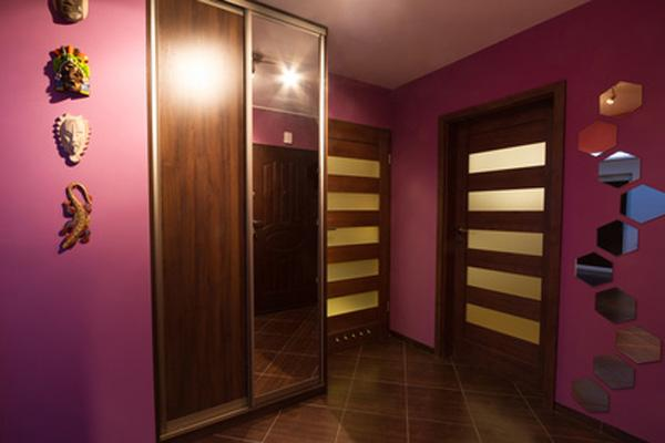 Пурпурная отделка стен