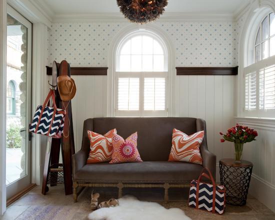 Удобный диван в прихожей
