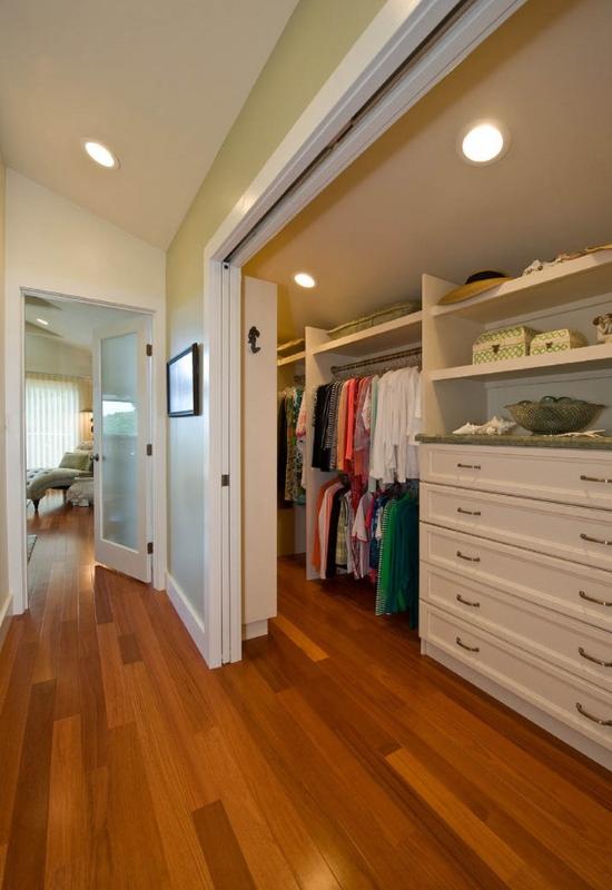 Встроенная гардеробная в коридоре возле прихожей