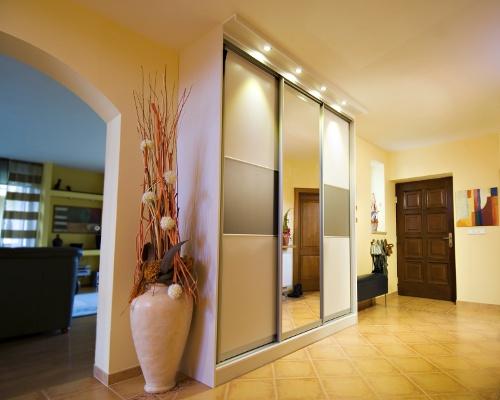 Встроенный шкаф с подсветкой