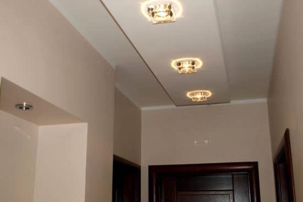 Гипсокартонная конструкция на потолке в прихожей