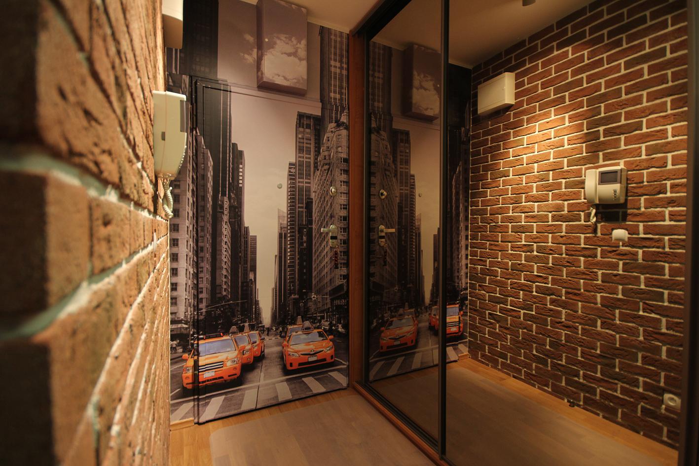 Оформление стен декоративным кирпичом в прихожей