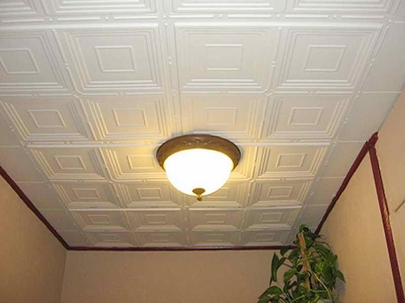 Плитка ПВХ на потолке в прихожей