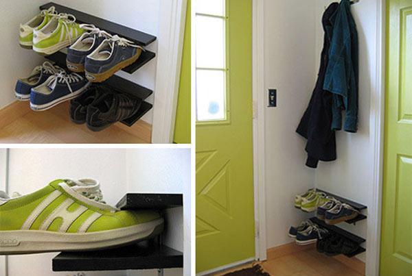Полка в маленькой прихожей для хранения обуви