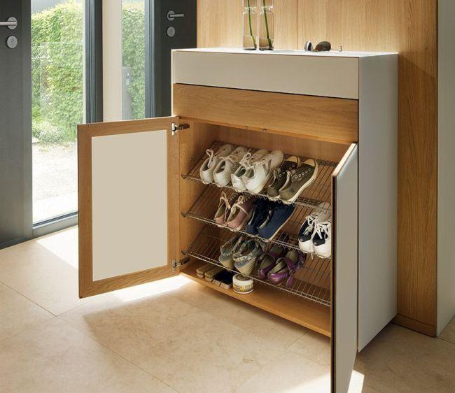 Закрытая обувница с металлическими подставками для обуви