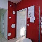 Небольшая красная прихлжая с белыми деталями интерьера