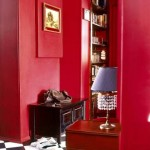 Матовая прихожая в насыщенном красном цвете в стиле ретро