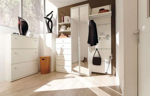 Правильная мебель для белой прихожей