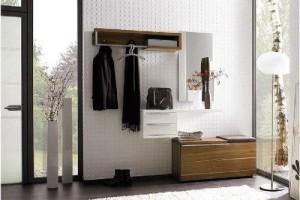 Прихожая с практичной мебелью и белой отделкой для частного дома