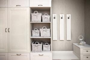 Удобный шкаф в прихожей оформленный в белом цвете