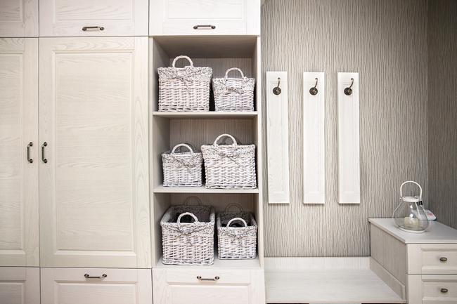 Белая прихожая и корзинки для украшения