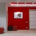 Прихожая в ярко красном цвете с белой дверью в стиле модерн