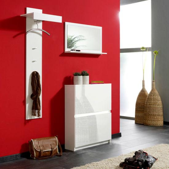 Уютная прихожая в красном цвете и белой матовой мебелью