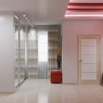Комбинирование просторной красной прихожей и белых элементов интерьера